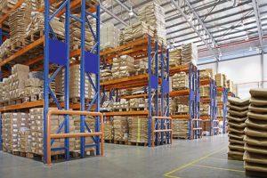 gudang dengan rak multilayer di pabrik